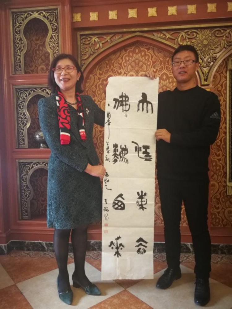 徐海华总经理向卞兴东经理赠送名家书法作品